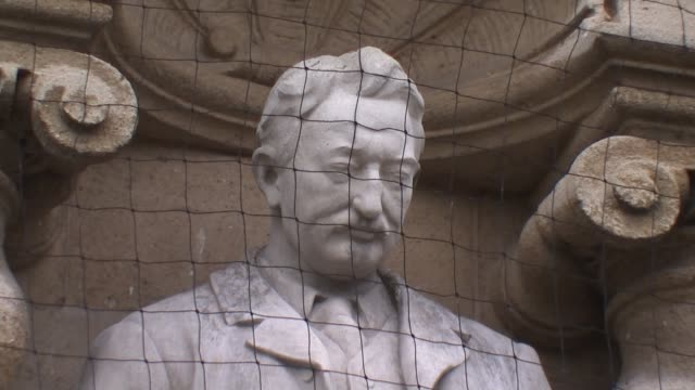 cecil rhodes statue to stay on oxford's oriel college despite campaign; england: oxfordshire: oxford: various of statue on cecil rhodes on face of... - oxfordshire stock videos & royalty-free footage