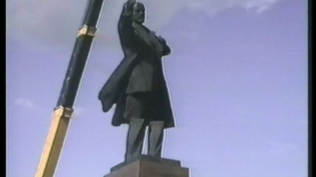 Cecil Rhodes statues debate / role of historical statues T06099107 / 692991 Moscow Statue of Lenin being dismantled by crane