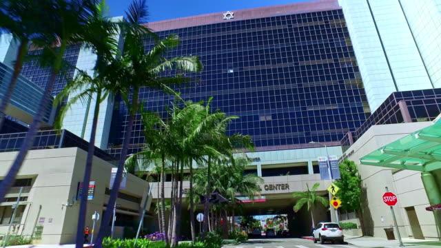 vídeos y material grabado en eventos de stock de cedars-sinai medical center during coronavirus covid-19 pandemic outbreak in los angeles california, 4k - edificio médico