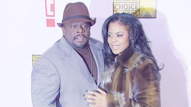 cedric the entertainer and guest at the broadcast film critics association's 2007 critic's choice awards at santa monica civic auditorium in santa... - ブロードキャスト映画批評家協会点の映像素材/bロール