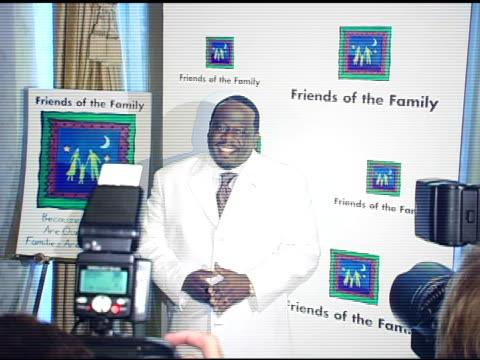 vídeos de stock, filmes e b-roll de cedric 'the entertainer' at the families matter benefit and celebration at the regent beverly wilshire hotel in beverly hills, california on june 3,... - regent beverly wilshire hotel