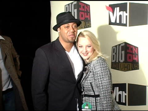 vídeos de stock, filmes e b-roll de cedric yarbrough and wendi mclendoncovey at the vh1 big in 04 at the shrine auditorium in los angeles california on december 1 2004 - wendi mclendon covey