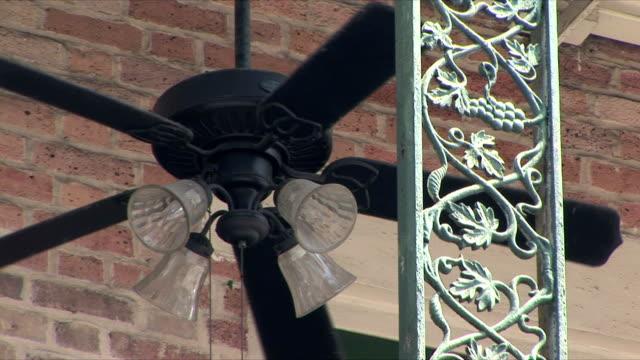 vídeos de stock, filmes e b-roll de cu la ceiling fan on balcony, new orleans, louisiana, usa - ventilador de teto