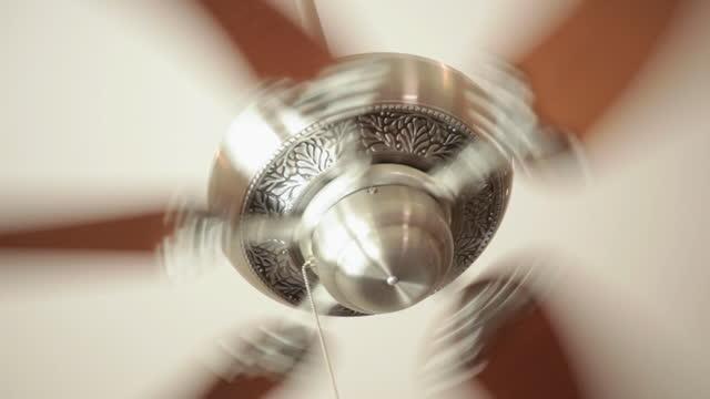 vídeos de stock, filmes e b-roll de ceiling fan on high speed - ventilador de teto