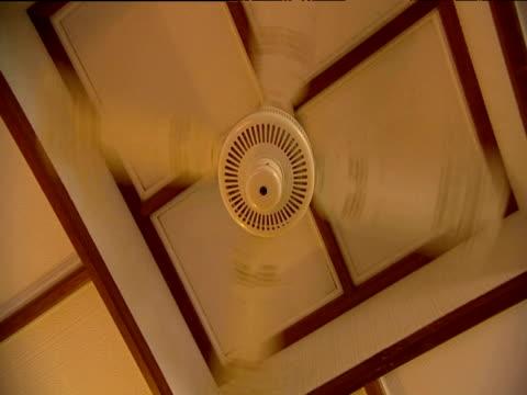 vídeos de stock, filmes e b-roll de ceiling fan rotating - ventilador de teto