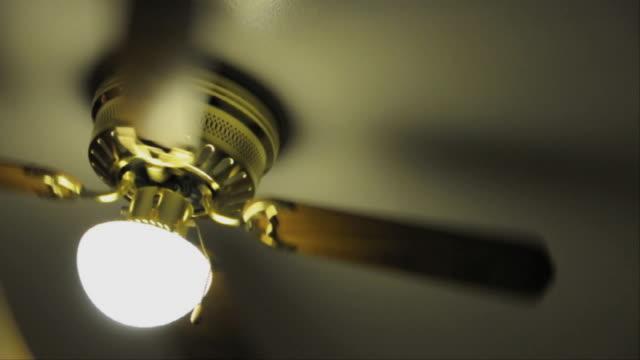 vídeos de stock, filmes e b-roll de cu ceiling fan spinning / los angeles, california, usa - ventilador de teto