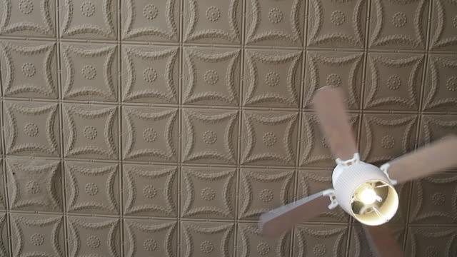 vidéos et rushes de ventilateur - intérieur de maison témoin