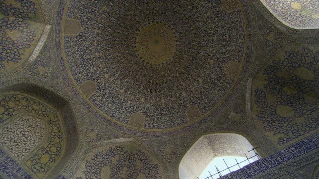 ms la pan ceiling in imam khomeini mosque interior, isfahan, iran - arabic script stock-videos und b-roll-filmmaterial