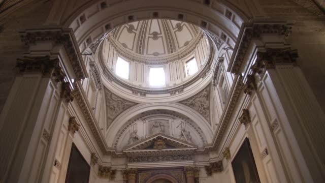 stockvideo's en b-roll-footage met ceiling shot santa maria de valencia - altaar