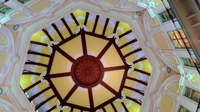 vidéos et rushes de décoration de plafonds de marunouchi entrance.tokyo nord, au japon. - panneau d'entrée