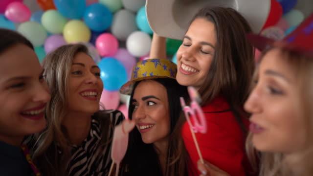 vídeos y material grabado en eventos de stock de celebra a las personas que añaden color a tu vida - globo de helio