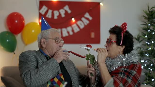 stockvideo's en b-roll-footage met vieren verjaardag... - feestmuts