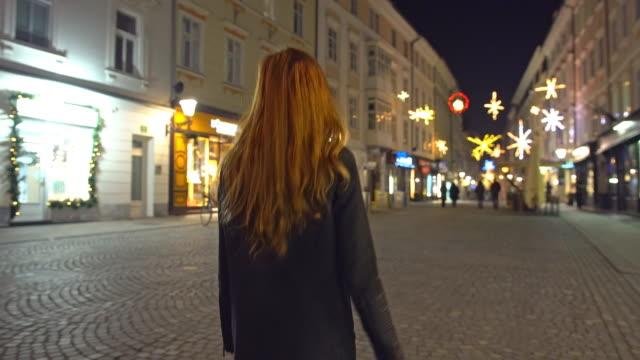 外のクリスマスを祝う - 歩行者専用地域点の映像素材/bロール