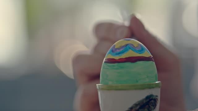 fira påsk genom att måla ägg för dekoration i köksmiljö i sverige - påsk bildbanksvideor och videomaterial från bakom kulisserna