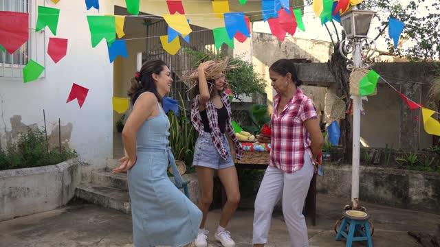vídeos de stock e filmes b-roll de celebrating festa junina in the backyard - dança quadrada