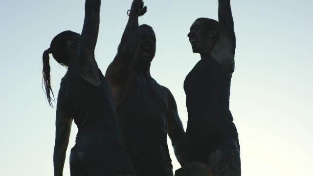 feiern schlamm laufen finish - schlamm stock-videos und b-roll-filmmaterial