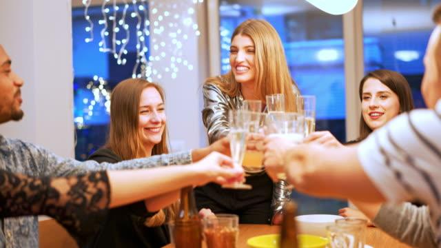 大晦日を祝うとシャンパンで乾杯 - 年越し点の映像素材/bロール