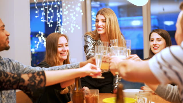 stockvideo's en b-roll-footage met new year's eve viering en roosteren met champagne - feest en gedenkdagen