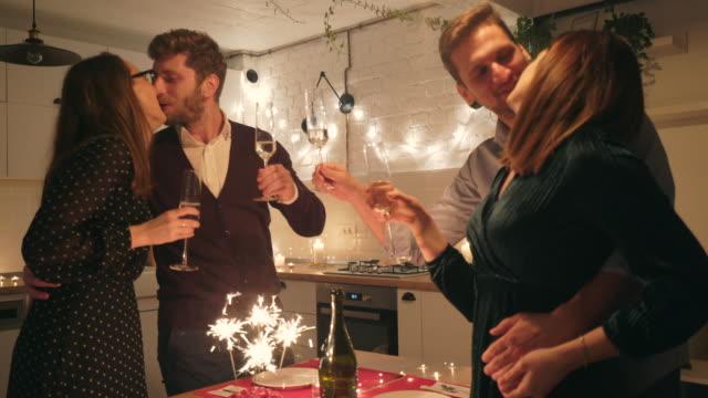 feiern silvester zu hause. - zungenkuss stock-videos und b-roll-filmmaterial
