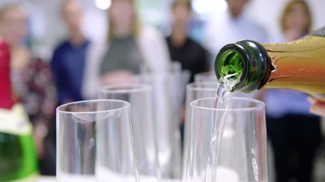 feiern der büroparty mit champagner - ereignis stock-videos und b-roll-filmmaterial