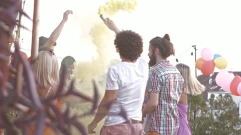 vidéos et rushes de célébration de la fête avec des bombes fumigènes colorés - a la mode