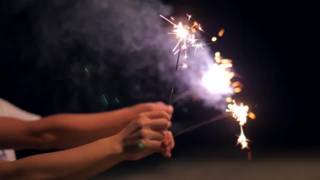 vidéos et rushes de célébration sur la plage - luck