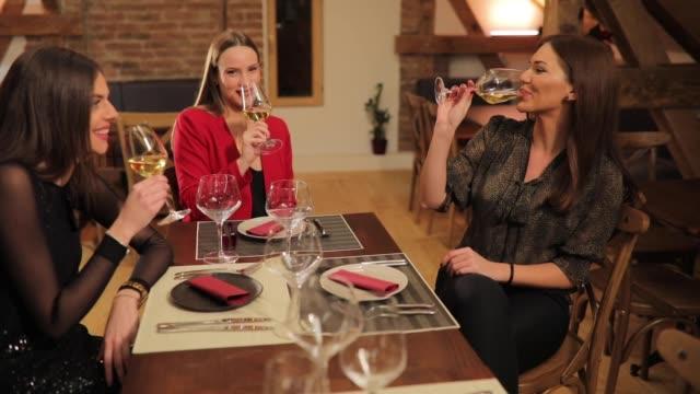 vidéos et rushes de célébrant leur amitié - rouge à lèvres rouge
