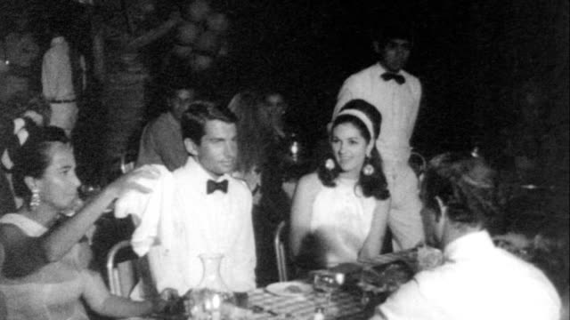 vidéos et rushes de celebration at the acapulco / celebrities and others in formal evening clothes sitting around outside of restaurant / narrator points out lynda bird... - critique
