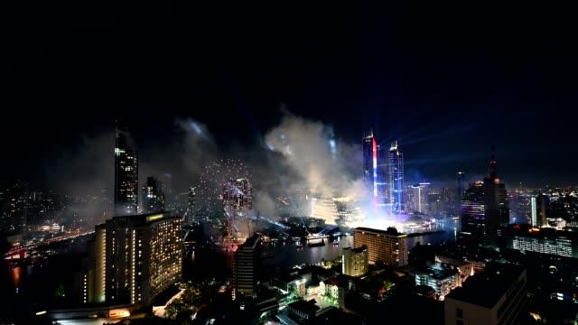 feier des neuen jahres mit bunten feuerwerk am chao phraya fluss mit iconsiam gebäude wahrzeichen der stadt bangkok - bangkok stock-videos und b-roll-filmmaterial