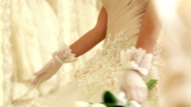 feste. sposa, mostrando il suo bouquet. - bouquet video stock e b–roll