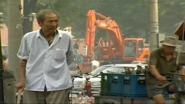 vídeos de stock, filmes e b-roll de celebrations marking 2008 olympic games countdown / games threatened by pollution day beijing citizens along as building work seen in background... - marcação esporte
