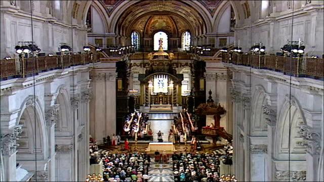 vídeos y material grabado en eventos de stock de celebrations marking the queen's 80th birthday england london st paul's cathedral int queen elizabeth ii enters st paul's cathedral as fanfare heard... - blair williams