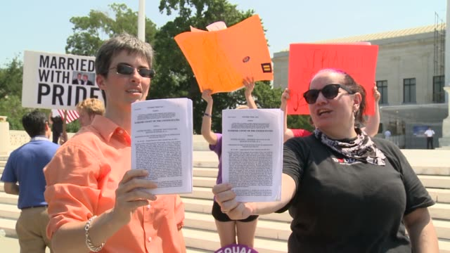 celebrations outside the us supreme court following 2 rulings one essentially overturning doma both in favor of samesex marriage supreme court rules... - corte suprema palazzo di giustizia video stock e b–roll