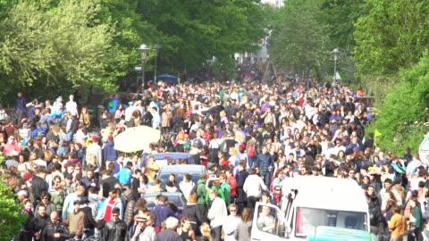 vídeos y material grabado en eventos de stock de celebrationwith mucha gente en alemania, lapso de tiempo - berlín