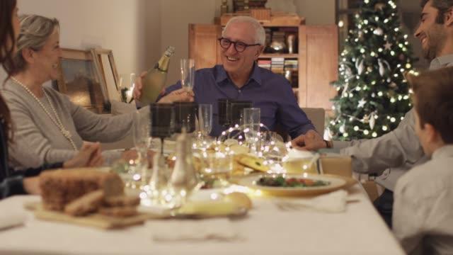 vídeos y material grabado en eventos de stock de brindis de celebración durante la cena de navidad. - cena con amigos