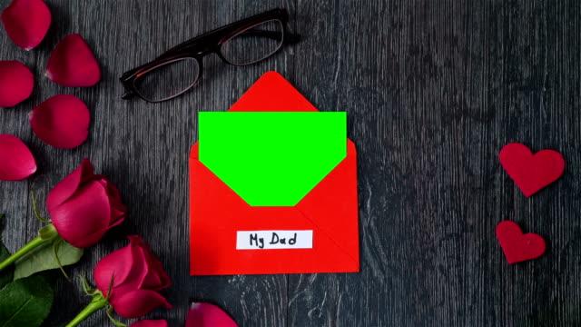 vídeos y material grabado en eventos de stock de 4k celebriting día de los padres con la tarjeta de felicitación - father day