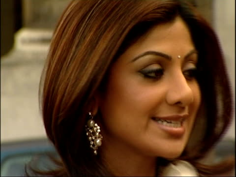 vidéos et rushes de celebrity big brother winner shilpa shetty visits house of commons england london westminster ext low angle shot of shilpa shetty posing next big ben... - composition florale