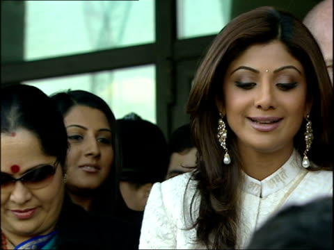 celebrity big brother winner shilpa shetty visits house of commons; westminster: ext shilpa along to press beware flash photography * * shilpa shetty... - ヒトの口点の映像素材/bロール