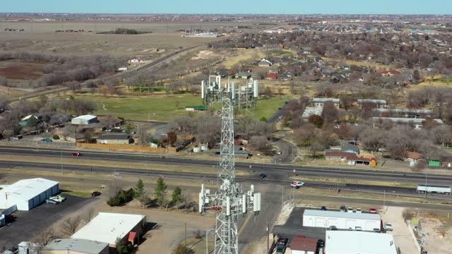 vídeos de stock, filmes e b-roll de torre de celular no texas drone point of view - torre estrutura construída