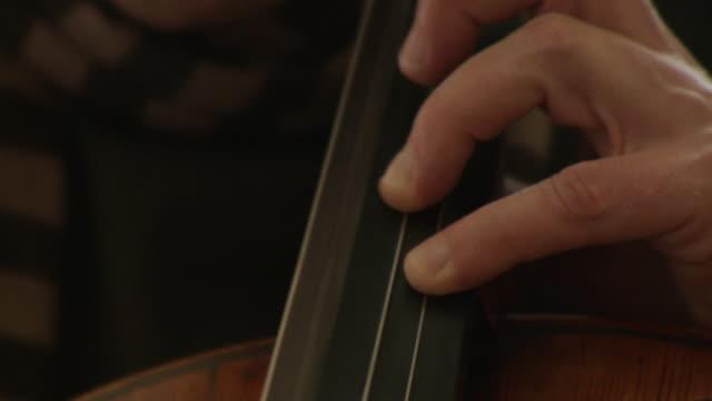 vídeos de stock, filmes e b-roll de cu cellist playing cello / berlin, germany - orquestra