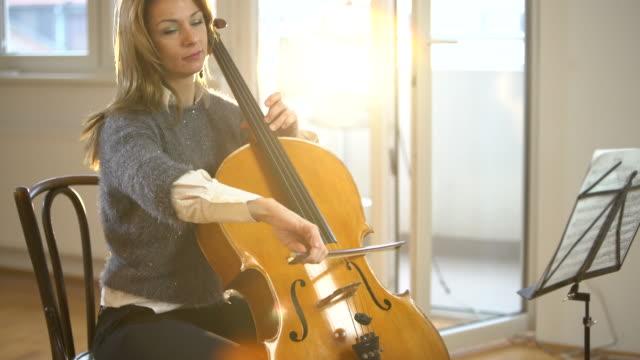 vidéos et rushes de violoncelle est mon instrument préféré - violoncelle