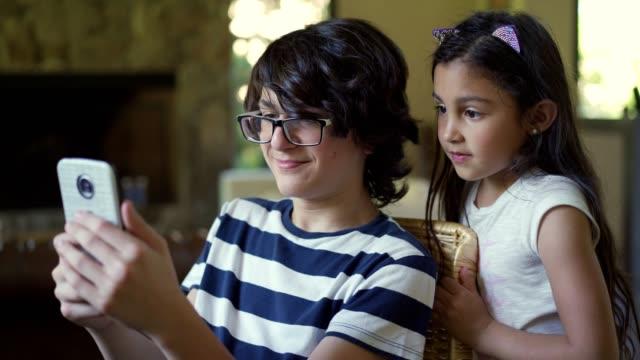 stockvideo's en b-roll-footage met mobiele telefoon betekent plezier voor nieuwe generaties - tienerjongens