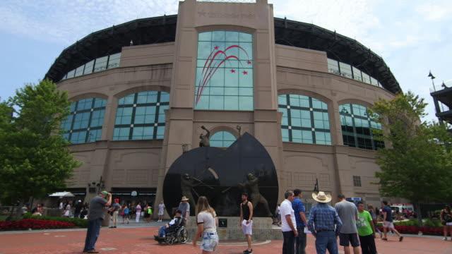 vídeos de stock e filmes b-roll de u.s. cellular field, home of the chicago white sox, before a game - entrada de edifício