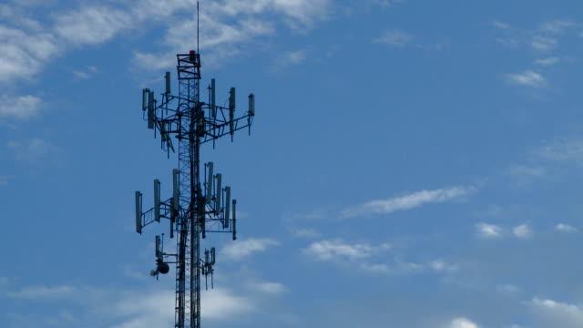 携帯電話のタワーのシルエット、リアルタイム、ブルースカイ - 盗聴点の映像素材/bロール