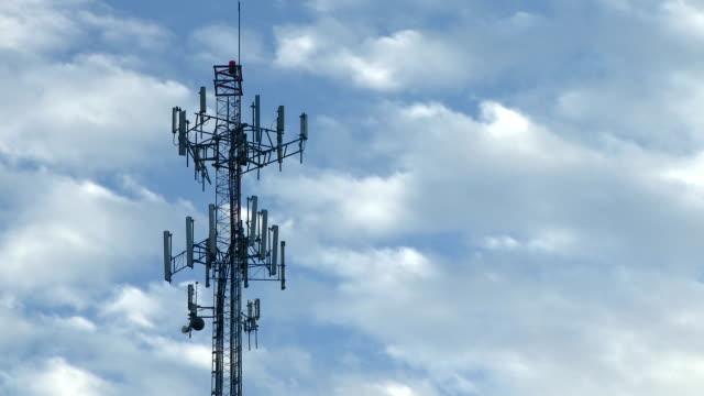携帯電話のタワーのシルエット、リアルタイムに雲 - 盗聴点の映像素材/bロール