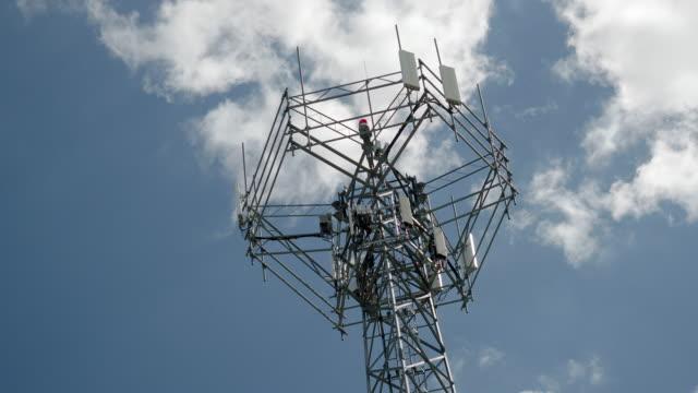 vídeos de stock e filmes b-roll de cellular telecom tower - mastro peça de embarcação