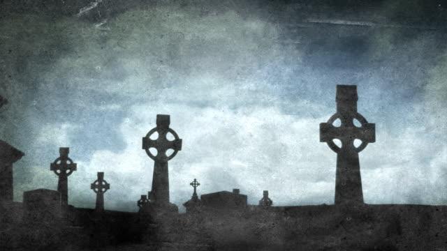 celtic crosses in graveyard - aged - kors religiös symbol bildbanksvideor och videomaterial från bakom kulisserna