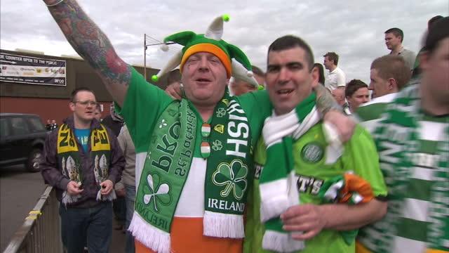 vidéos et rushes de celtic football fans arrive at ibrox ahead of rangers v celtic old firm derby. celtic fans arrive at ibrox stadium at ibrox stadium on april 23, 2011... - 50 secondes et plus
