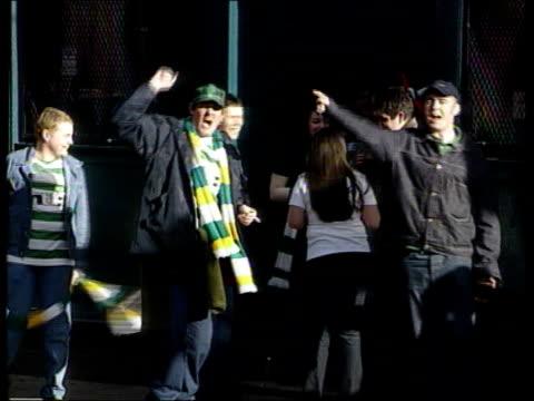 vídeos de stock e filmes b-roll de linda kennedy scotland glasgow celtic football fans singing as celebrating outside pub zoom cms celtic flag held by supporter as along parkhead la... - glasgow escócia