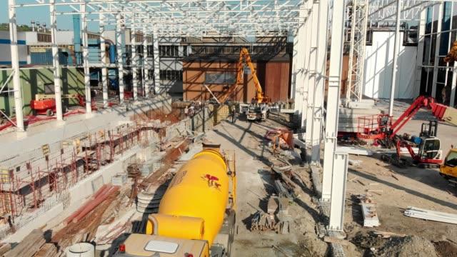 セメント ミキサー トラックの建設敷地後方に運転 - 農業機械点の映像素材/bロール